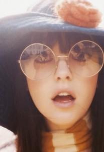 twiggy with round glasses