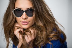 Woman wearing cat eyesunglasses